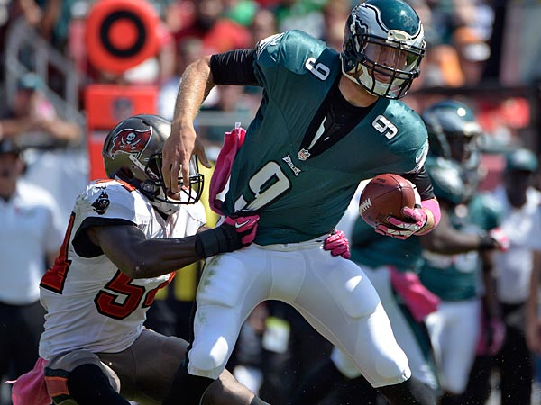 Tampa Bay Buccaneers outside linebacker Lavonte David (54) sacks Philadelphia Eagles quarterback Nick Foles (9) during the first quarter. (AP Photo/Phelan M. Ebenhack)
