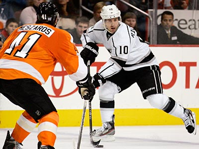 Mike Richards registered the game-winning assist in the Kings´ 3-2 win over the Flyers. (Tom Mihalek/AP)