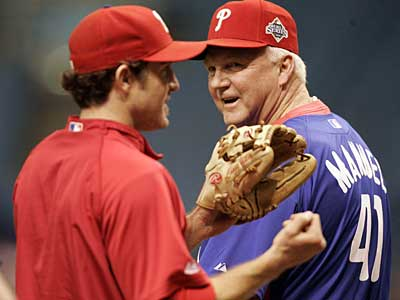 Phillies manager Charlie Manuel talks to second baseman Chase Utley during today´s workout. (Michael Perez / Staff Photographer)