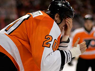 Chris Pronger left Monday´s win over Toronto after suffering an eye injury. (Tom Mihalek/AP)
