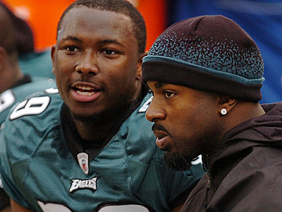 Brian Westbrook (right) turned to Twitter to weigh on LeSean McCoy´s contract situation. (Clem Murray/Staff file photo)