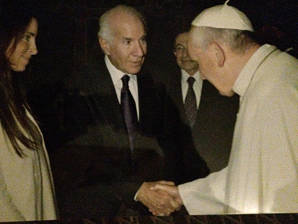 Lin Snider (left) and Comcast-Spectacor Chairman Ed Snider meet the Pope at the Vatican in Rome.