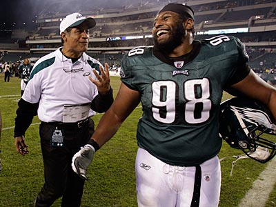 Eagles defensive coordinator Juan Castillo and defensive tackle Mike Patterson share a laugh after the team´s 34-7 win over the Cowboys. (David Maialetti/Staff Photographer)