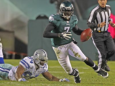 Eagles quarterback Michael Vick scrambles in the first half against the Cowboys. (Michael Bryant/Staff Photographer)