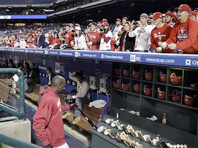 Fans greet the Phillies´ Ryan Howard as he walks into the dugout before Game 3 of the World Series at Citizens Bank Park. (David Maialetti / Staff Photographer)