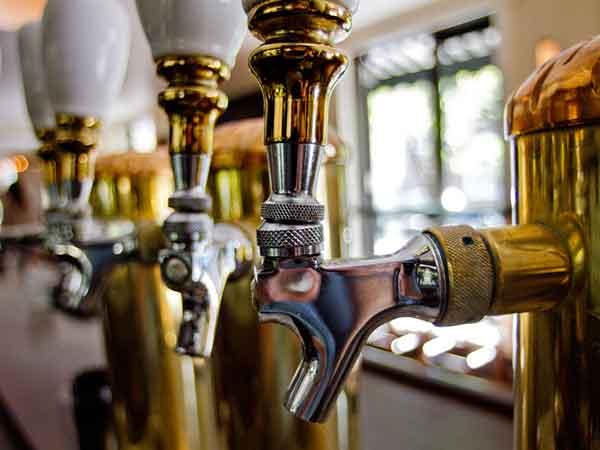 Beer taps at the bar of Pub & Kitchen.  ( DAVID M WARREN / Staff Photographer )