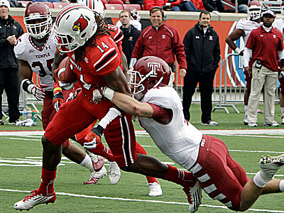 Louisville wide receiver Andrell Smith runs out of the grasp of Temple´s Justin Gildea to score. (Garry Jones/AP)