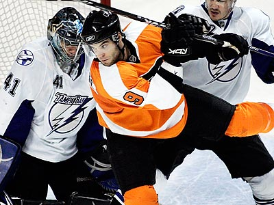 David Laliberte will replace Simon Gagne on the Flyers´ top line. (Tom Mihalek/AP)