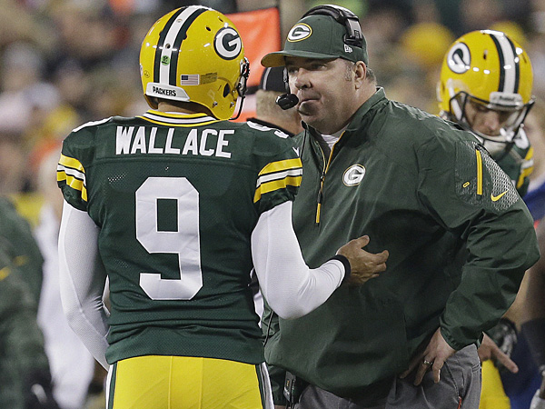 Green Bay Packers head coach Mike McCarthy talks to quarterback Seneca Wallace. (Mike Roemer/AP)