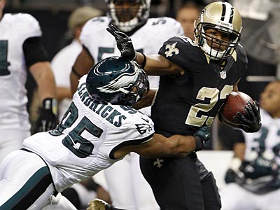 Eagles linebacker Mychal Kendricks gets shoved by the New Orleans Saints´ Pierre Thomas. (Yong Kim/Staff Photographer)