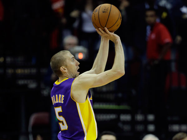 Los Angeles Lakers´ Steve Blake (5) shoots his game-winning three-point basket against the Houston Rockets during the closing seconds of the fourth quarter of an NBA basketball game Thursday, Nov. 7, 2013, in Houston. The lakers won 99-98. (David J. Phillip/AP)
