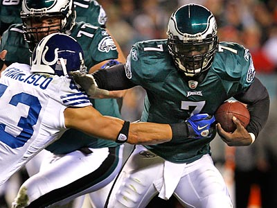 Michael Vick´s elusiveness has allowed the Eagles offense to produce despite a shaky offensive line. (Ron Cortes/Staff Photographer)