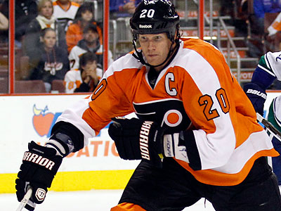 Chris Pronger will be having knee surgery tomorrow and is expected to miss 4 weeks. (Yong Kim/Staff file photo)