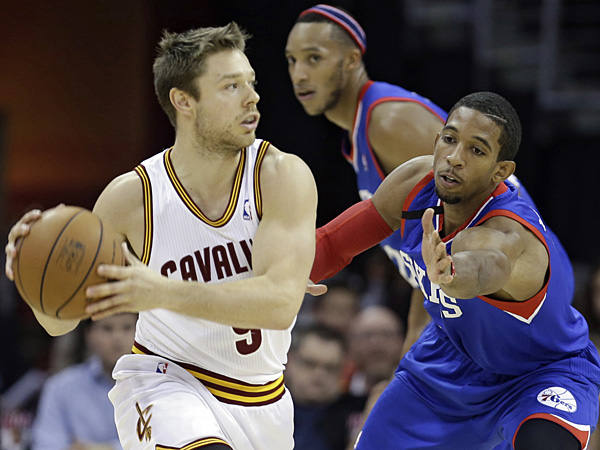 The Cavaliers´ Matthew Dellavedova  looks to pass under pressure from the 76ers´ Darius Morris. (Tony Dejak/AP)