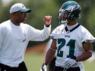 Eagles cornerback Joselio Hanson gets a pat on the back from coach Brian Stewart during June workouts. (David Maialetti / Staff Photographer)