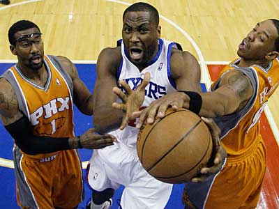 Philadelphia 76ers´ Elton Brand, center, can´t get off a shot between Phoenix Suns´ Amare Stoudemire, left, and Channing Frye in the first half of an NBA basketball game. (AP Photo/Matt Slocum)