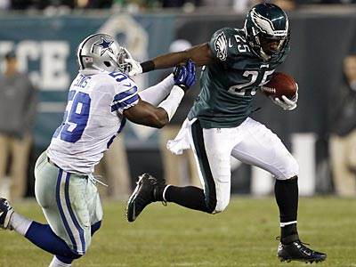Eagles running back LeSean McCoy runs with the ball against the Dallas Cowboys´ Ernie Sims. (Yong Kim/Staff Photographer)