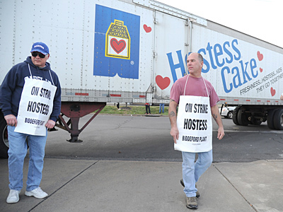 Michael Bourgault (left) and Michael Ducharme, members of the Bakery Union, picketed in Northeast Phila. (Clem Murray / Staff Photographer)