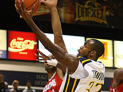 Drexel guard Derrick Thomas goes up for a basket over Illinois State´s Jackie Carmichael. (Steven M. Falk/Staff Photographer)