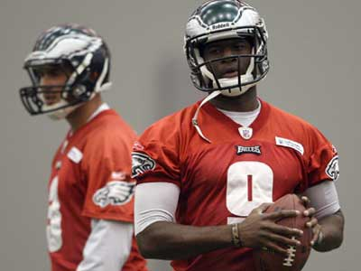 Vince Young and Mike Kafka split reps at Eagles practice in case they need to start Sunday. (Yong Kim/Staff Photographer)