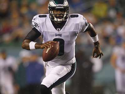"Vince Young said he has worked hard ""behind the scenes"" to get comfortable in the Eagles´ offense. (AP Photo/Matt Rourke)"