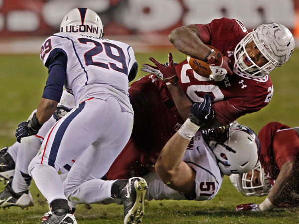 Temple´s running back Kenneth Harper gets pulled down abruptly by Connecticut´s Tim Willman and Taylor Mack short gain. (Michael Bryant/Staff Photographer)