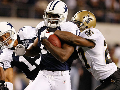 Saints defensive back Malcolm Jenkins stripped Cowboys WR Roy Williams late in yesterday´s game. (AP Photo/Jose Yau)