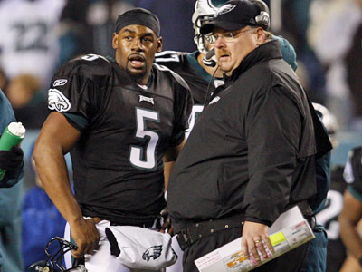 Eagles head coach Andy Reid talks with quarterback Donovan McNabb in the second half against the Arizona Cardinals. The Eagles won, 48-20. (David Maialetti / Staff Photographer)