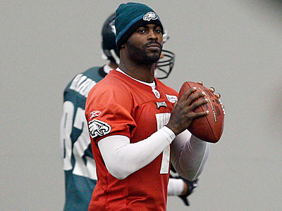 Michael Vick throws passes at an Eagles practice. (David Maialetti/Staff Photographer)