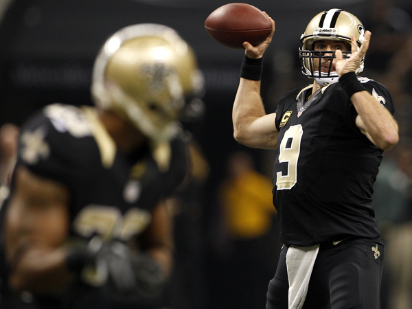 New Orleans Saints quarterback Drew Brees (9) throws the ball during the first quarter of their game against the New Orleans Saints on Monday, November 5, 2012. ( Yong Kim / Staff Photographer )