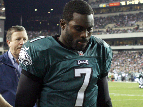 Philadelphia Eagles´ Michael Vick leaves the football field after suffering a concussion in the second quarter of a gam against the Dallas Cowboys on Sunday, November 11, 2012 at Lincoln Financial. (AP Photo/Philadelphia Daily News, Yong Kim)