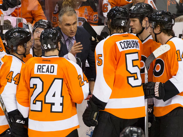 Craig Berube talks things over with his team. (Chris Szagola/AP)
