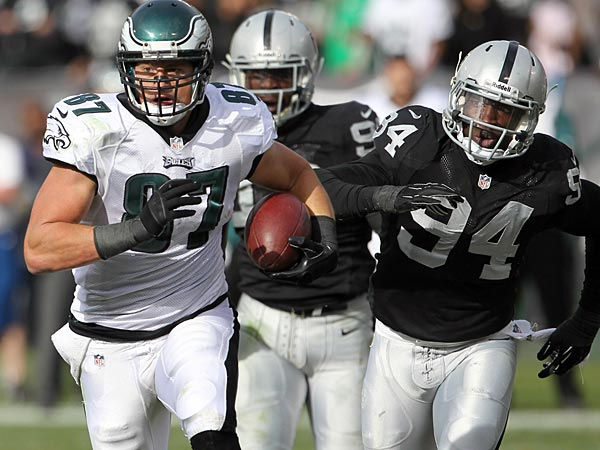 Eagles&acute; Brent Celek runs with the football in the second quarter past<br />Oakland Raiders&acute; Kevin Burnett on Sunday, November 3, 2013.  ( Yong<br />Kim / Staff Photographer )