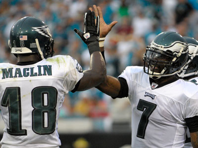Jeremy Maclin (18) and Michael Vick (7) have been ruled out for the Eagles´ game against Seattle. (AP Photo/Phelan M. Ebenhack).