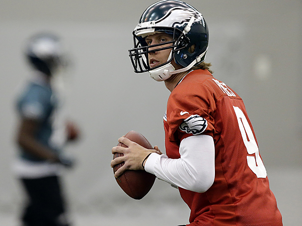 Philadelphia Eagles quarterback Nick Foles looks to pass during NFL football practice at the team´s training facility, Thursday, Nov. 29, 2012, in Philadelphia. (AP Photo/Matt Rourke)