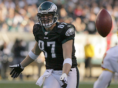 Eagles´ Brent Celek drops a pass during the fourth quarter against Washington Redskins´ Fred Smoot.