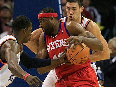 Elton Brand, center, works in the post during the Sixers´ 117-106 loss to Oklahoma City. (AP Photo/Sue Ogrocki)