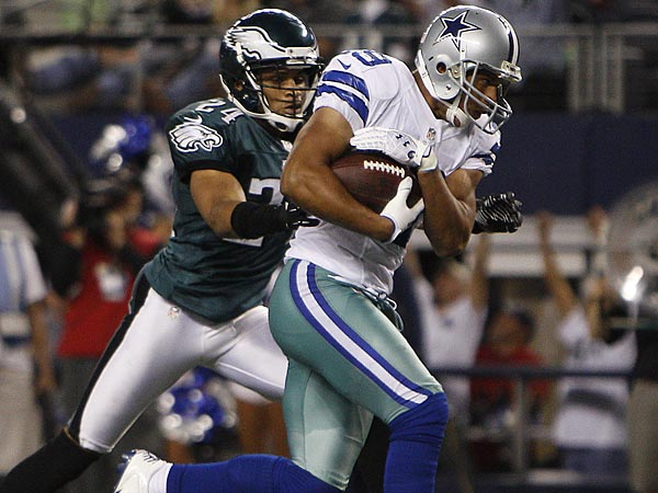 The Cowboys´ Miles Austin, right, scores as the Eagles´ Nnamdi Asomugha, reaches for the ball in the fourth quarter. (David Maialetti/Staff Photographer)