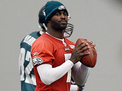 Michael Vick hasn´t practiced with the Eagles since breaking two ribs against the Cardinals on Nov. 13. (David Maialetti/Staff Photographer)