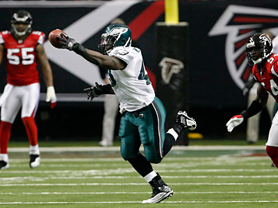 Leonard Weaver delivered an outstanding performance Sunday against the Falcons. (Ron Cortes/Staff Photographer)