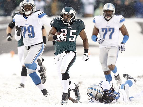 McCoy's record day keys Eagles win in the snow