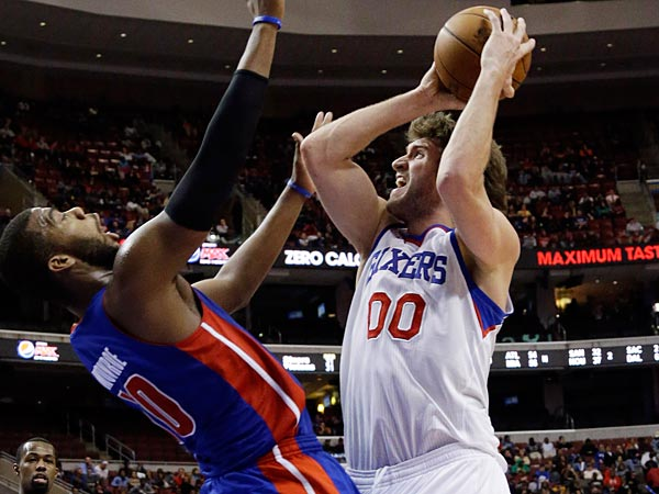 Philadelphia 76ers&acute; Spencer Hawes, right, goes up for a shot against<br />Detroit Pistons&acute; Greg Monroe in the second half of an NBA basketball<br />game, Monday, Dec. 10, 2012, in Philadelphia. Philadelphia won 104-97.<br />(AP Photo/Matt Slocum)
