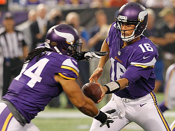 Vikings quarterback Matt Cassel hands the ball off to running back Matt Asiata. (Ann Heisenfelt/AP)