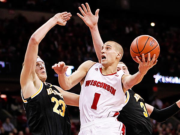 Wisconsin´s Ben Brust shoot against Milwaukee´s J.J. Panoskie and Kyle Kelm. (Andy Manis/AP)