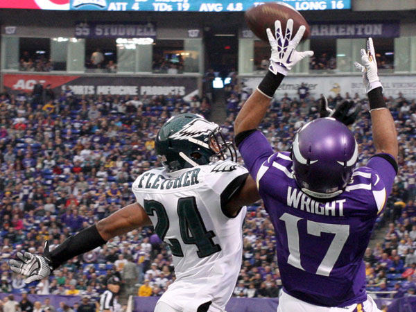 The Vikings´ Jarius Wright catches the ball over Bradley Fletcher in the third quarter. (Yong Kim/Staff Photographer)