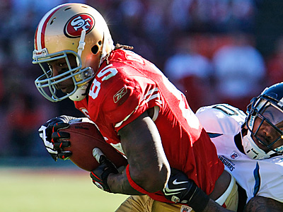 San Francisco 49ers Vernon Davis, the most productive tight end in the NFC, could cause problems for the Eagles defense. (AP Photo/Paul Sakuma)