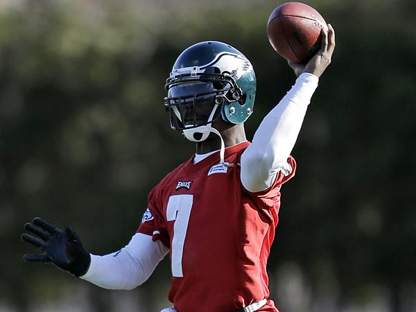 Philadelphia Eagles quarterback Michael Vick passes during practice at<br />the team&acute;s NFL football training facility, Wednesday, Dec. 19, 2012,<br />in Philadelphia. (AP Photo/Matt Rourke)
