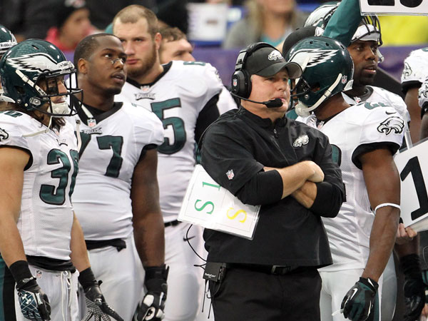 Chip Kelly watches the game with some of his players during the third quarter against the Minnesota Vikings. (Yong Kim/Staff Photographer)
