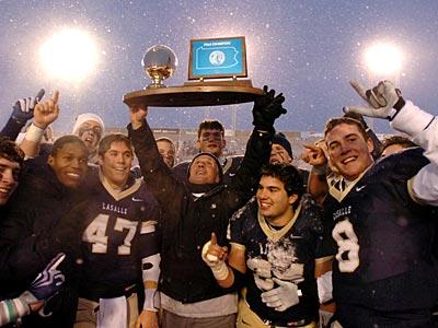 La Salle head coach Drew Gordon holds aloft the state championship trophy. (Clem Murray / Staff Photographer)