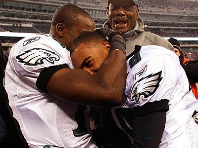 Jeremy Maclin hugs DeSean Jackson after Jackson´s game-winning punt return yesterday. (David Maialetti/Staff Photographer)